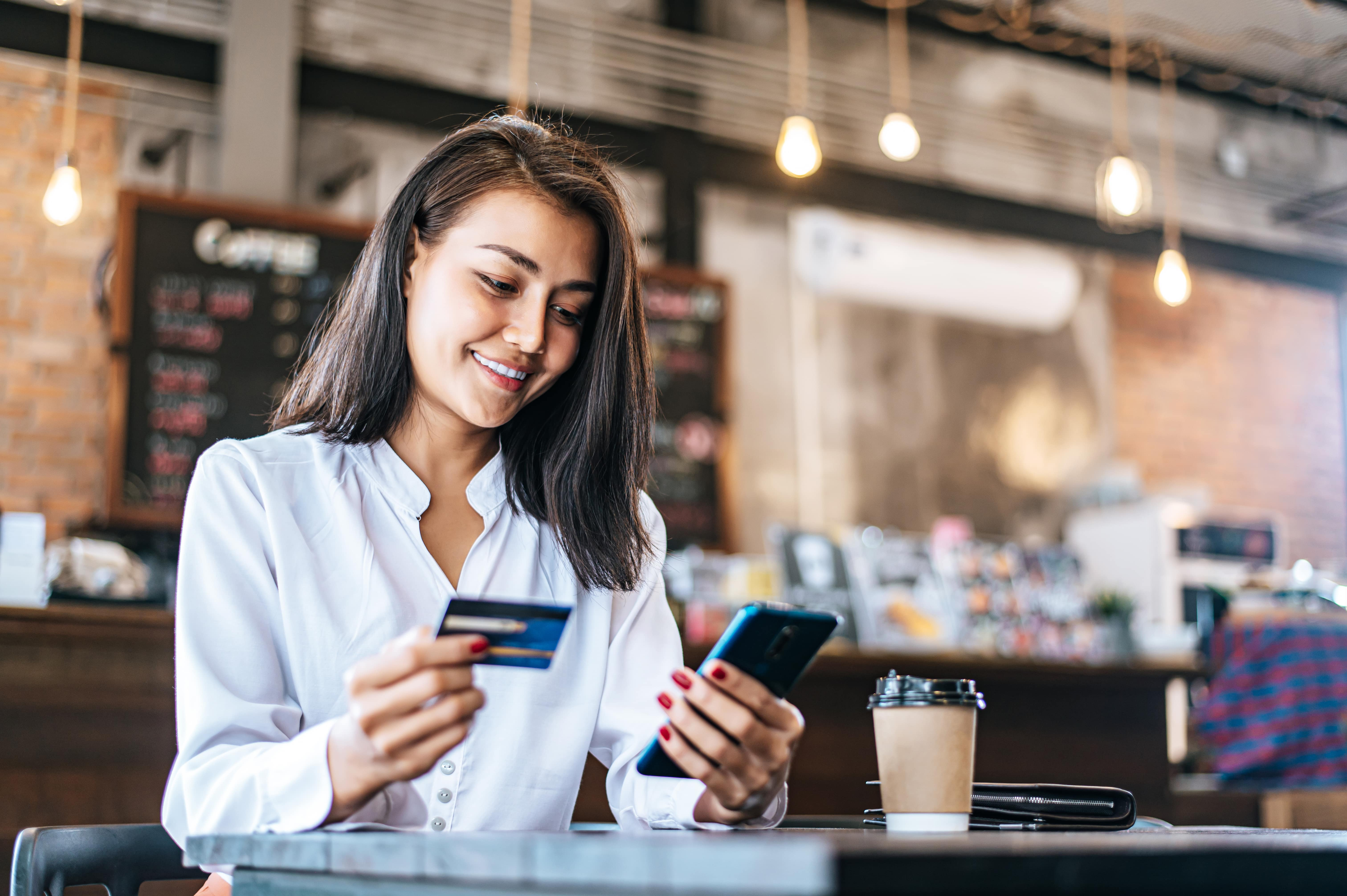 pay-goods-by-credit-card-through-smartphone-coffee-shop-min.jpg